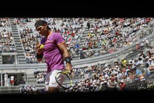 Rafaelovi Nadalovi sa v Ríme darí.