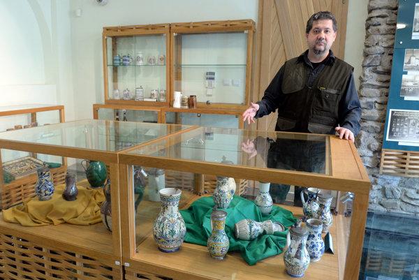 Na snímke kurátor Vojtech Kárpáty pri pivných pohároch.