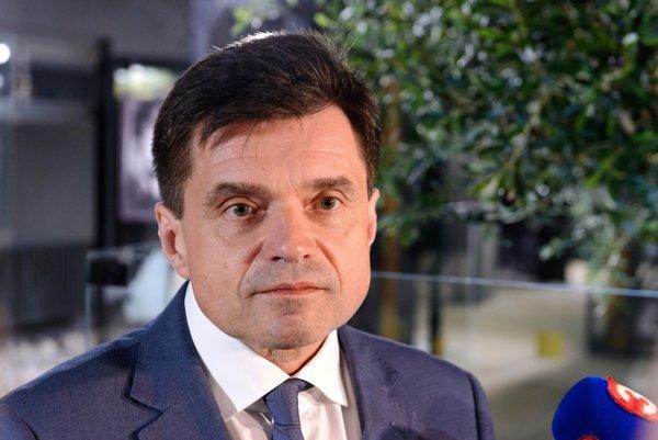 Minister školstva Peter Plavčan môže mať so zvyšovaním platov do septembra problém.