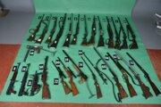 Zbrane, ktoré našli pri domových prehliadkach, prekvapili aj samotných policajtov.