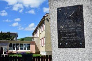 Obec Zemplínska Teplica sa do dejín zapísala ako miesto počiatku Východoslovenského roľníckeho povstania v roku 1831. Túto udalosť pripomína v dedine malý pamätník.