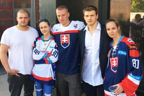Na snímke sú traja bratia Hrnkovci – zľava Andrej, Stano a Tomáš, Andrejova priateľka Sandra a Tomášova priateľka Maťka.