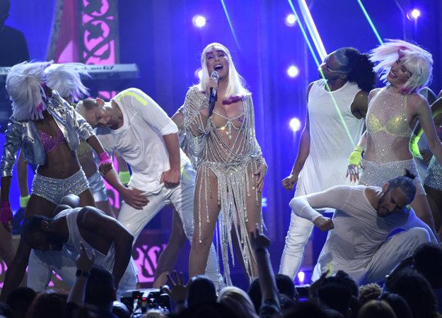 Cher počas svojho vystúpenia s piesňou Believe