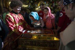 Ruskí pravoslávni veriaci stoja v rade pred relikviami svätého Mikuláša.