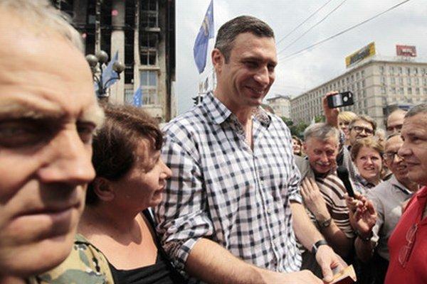 Novozvolený primátor Kyjeva Vitalij Kličko sa zdraví s ľuďmi na majdane.