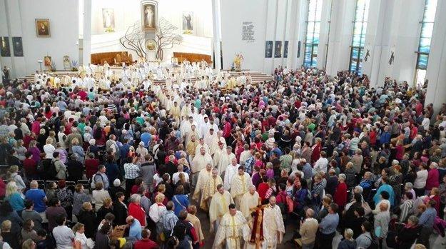 Prítomné boli tisícky veriacich.