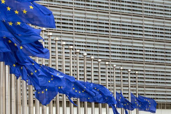 Vlajky EÚ vejú v Bruseli na pol žrde.