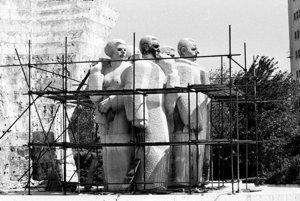 27. júl 1990. Demontáž súsošia. Monumentálny pamätník súsošia Klementa Gottwalda.