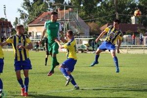 Spomedzi troch Dunajskostredčanov hlavičkoval hráč FKM Horáček. Novozámčania ťahali v zápase za kratší koniec.