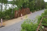 Cestu museli v tejto časti sanovať. Použili na to špeciálnu kovovú stenu.