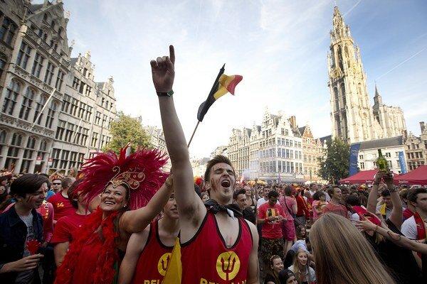 Fanúšikovia oslavujú gól Belgicka na námestí v Antverpách.