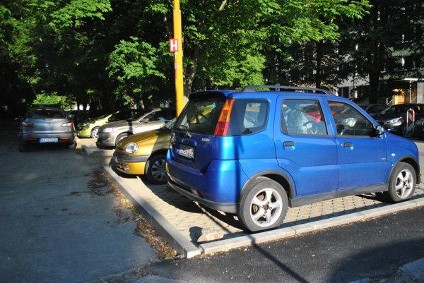 Parkovanie v širšom centre. Nové parkovacie miesta pribudli na Magurskej, kde EEI čelila kritike pre poškodené korene stromov pri ich výstavbe.