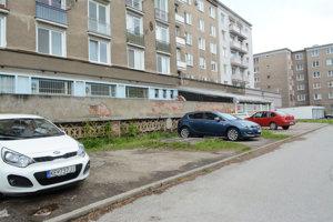 Autá nad podzemnými priestormi. Úradníka stavebného úradu, ktorý tam podľa mesta bol, nezaujal betónový kryt natoľko, aby sa zaujímal, čo by mohlo byť pod ním. A potom spokojne oštempľovali na jeho úrade stavebné povolenie.