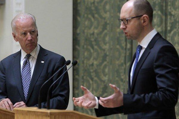 Joe Biden sa stretol s ukrajinským premiérom Arsenijom Jaceňukom.