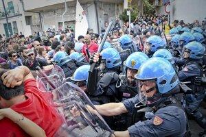 Polícia zasahuje proti demonštrantom.