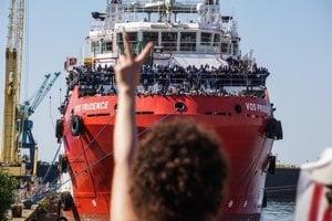 Loď s utečencami zakotvila v talianskom Neapole.