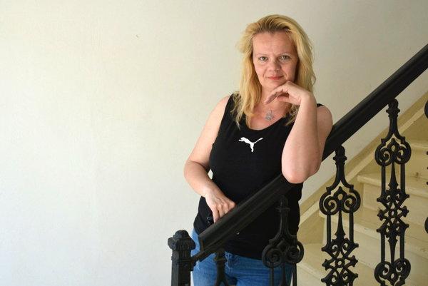 Historička Sylvia Holečková. Autorka výstavy prezradila, že výrobok manufaktúry našla aj u seba doma.