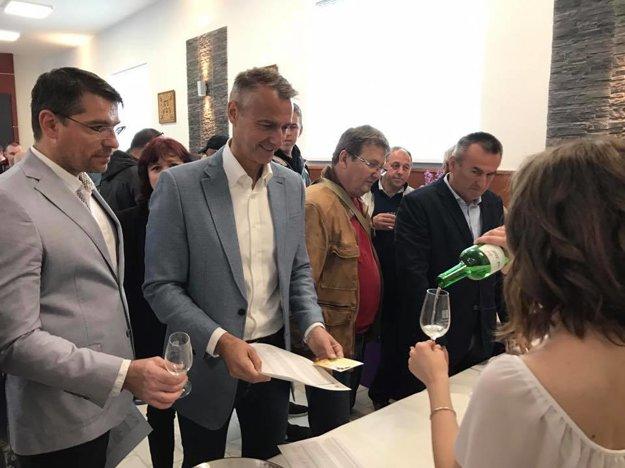 Ochutnávka vín v Jablonove. Po jeho ľavici vedúci kancelárie primátora Martin Petruš.