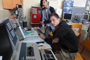 Študenti SOŠ technickej sa okrem školy vzdelávajú aj vo firmách.