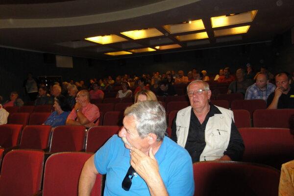 Ľudia v sále museli strpieť, že na zhromaždení sa hovorilo iba k témam nadiktovaným poslancami. So svojimi problémami mohli obyvatelia vystúpiť až na záver.