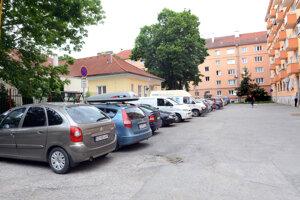 Dvor pri materskej škole. Keď je vblízkej základnej škole rodičovské združenie, nemajú tu domáci šancu zaparkovať niekoľko hodín.