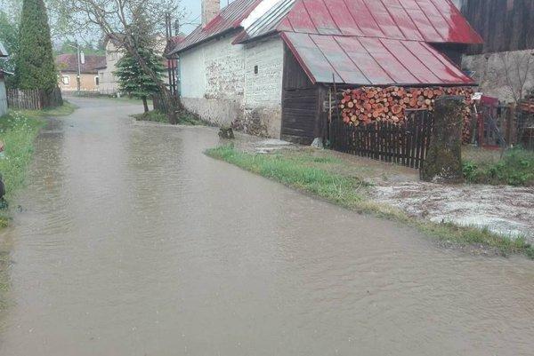 Voda sa liala v Povrazníku po ulici aj do dvorov.