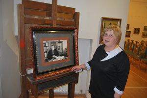 Výtvarná teoretička Alena Hejlová v Galérii M. A. Bazovského.