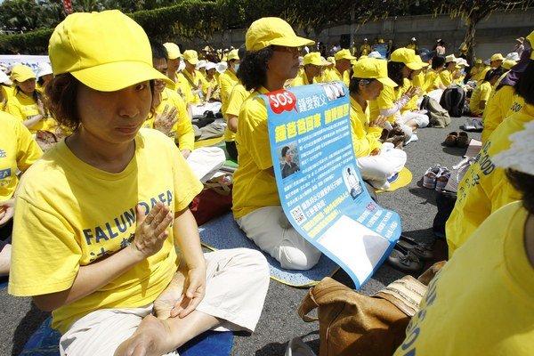 Falun Gong spája fyzické cvičenie s duchovným rozmerom. Je nepolitické, ale čínsky komunistický režim hnutie tvrdo potláča.