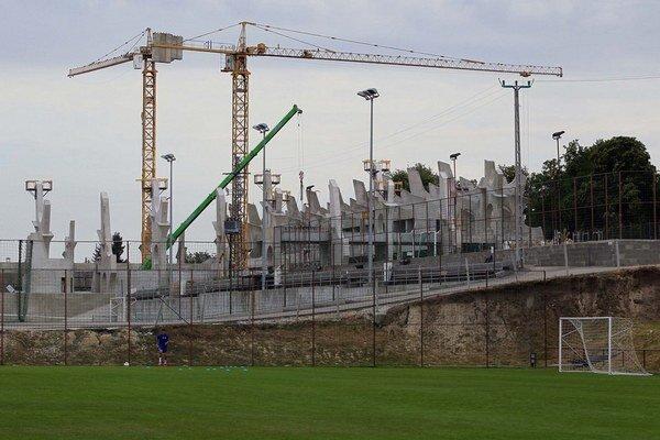 V obci Felcsút, kde premiér Viktor Orbán prežil časť svojho detstva, sa hneď za jeho domom stavia obrovský štadión. V Maďarsku už stavbu prekrstili na Orbánovu pyramídu.