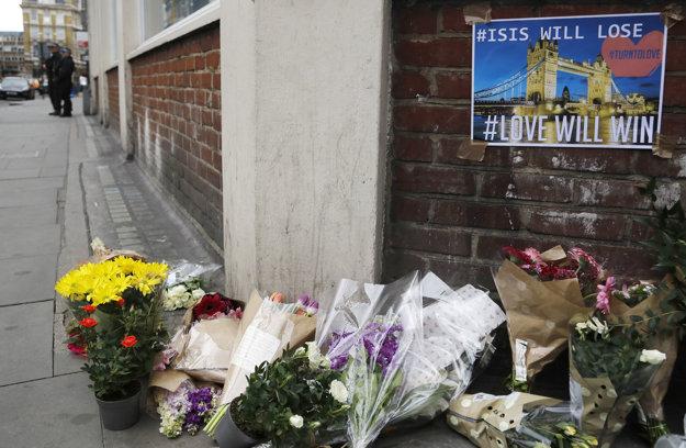 Ľudia prinášajú kvety na miesto neďaleko útokov.