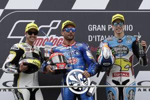 Talian Andrea Dovizioso na Ducati (v strede) sa stal na okruhu v Mugelle víťazom Veľkej ceny Talianska.