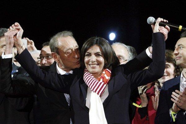 Novú starostku Paríža Hidalgovú bozkáva jej predchodca Bertrand Delanoe.