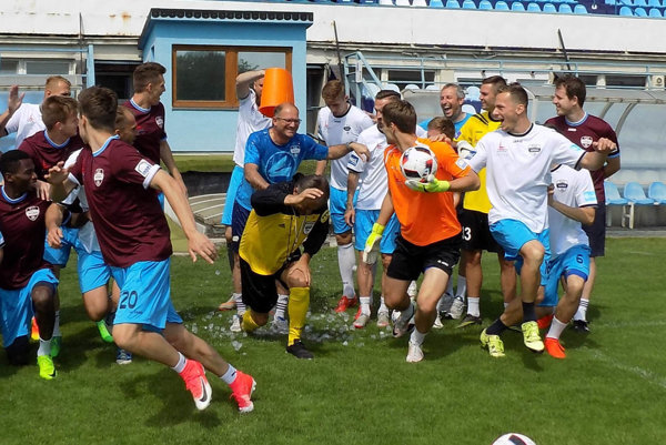 Futbalisti FC Nitra sa výborne zabávali v piatok na poslednom tréningu v uplynulej sezóne. Či budú nakoniec oslavovať postup, zatiaľ nie je známe.
