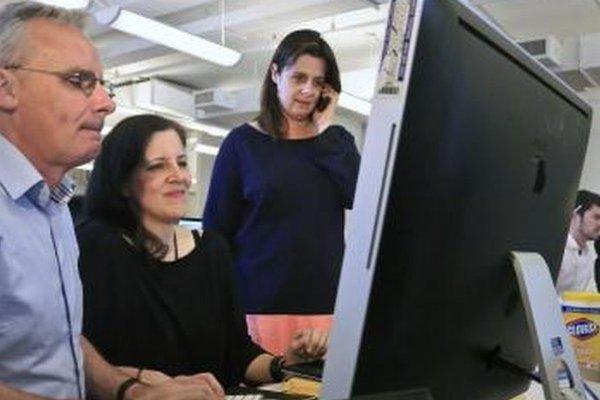 Janine Gibson (vpravo), Ewan MacAskill (vľavo) a Laura Poitras dostali Pulitzerovu cenu pre Guardian.