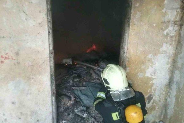 Zásah. Na Luniku IX bojujú hasiči s plameňmi už tradične za asistencie polície.