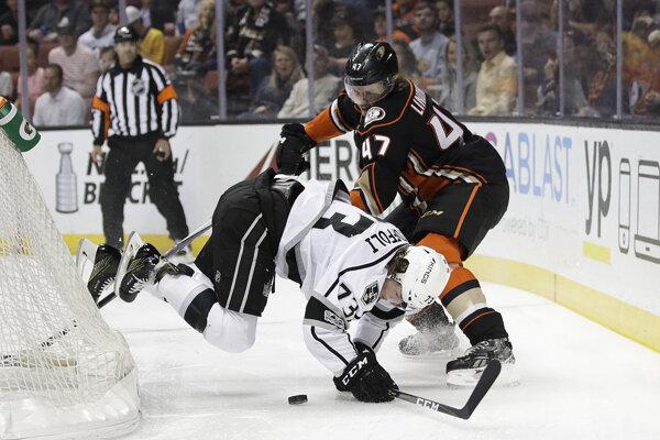 Kanadský hokejový útočník Tyler Toffoli zostáva v klube zámorskej NHL Los Angeles Kings.