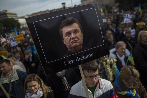 Ľudia v uliciach označujú Janukovyča za diktátora. Aj preto, že dohadzuje kšefty svojmu synovi.