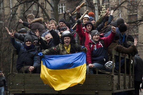 Ukrajinci v uliciach oslavujú.