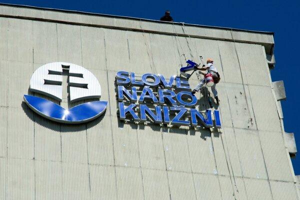 Z priečelia budovy Slovenskej národnej knižnice demontovali staré logo.