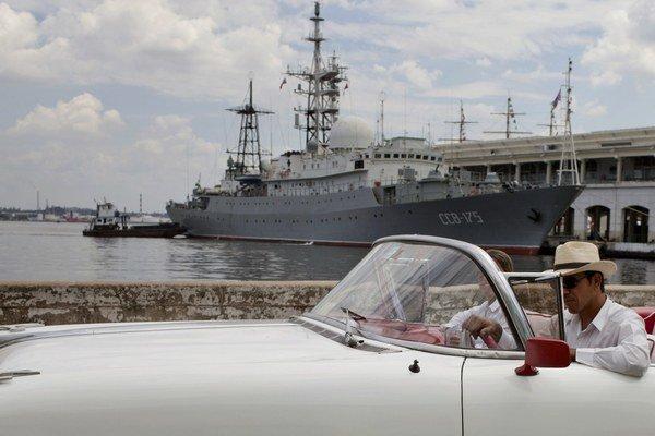 Loď Viktor Leonov v kubánskom prístave.