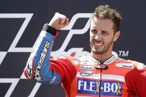 Talian Andrea Dovizioso na Ducati sa stal na okruhu Circuit de Catalunya pri Barcelone víťazom Veľkej ceny Katalánska.