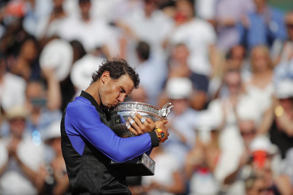 Rafael Nadal bozkáva trofej pre víťaza Roland Garros.