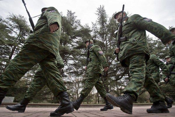 Príslušníci proruských jednotiek na ceremónii v krymskom Simferopole, kde skladali prísahu.