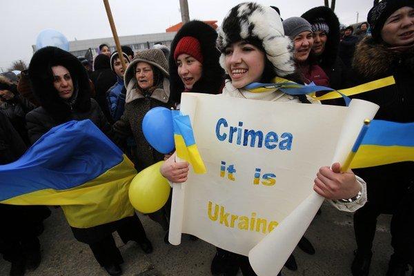 Krym patrí Ukrajine, tvrdí demonštrantka.