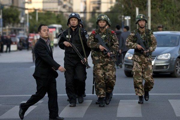 Čínska polícia stále hľadá ľudí, ktorí zabíjali na trhovisku v meste Čchang-ša.