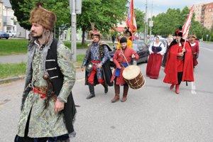 Členovia spoločnosti veselých šermiarov Cassanova z Banskej Bystrice počas Levických hradných slávností.