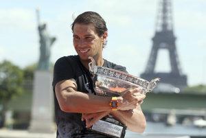 Španielsky tenista Rafael Nadal objíma víťaznú trofej po rekordnom desiatom triumfe vo dvojhre mužov na grandslamovom turnaji Roland Garros v Paríži.