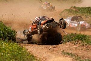 Adrenalínová jazda na autokrosovej dráhe.