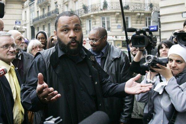 Dieudonné obvinenia z antisemitizmu odmieta a zákaz vystupovať plánuje napadnúť na súde.