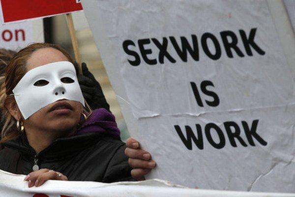 Vo Francúzsku už prostitúciu napriek protestom obmedzili. Trestať budú klientov.